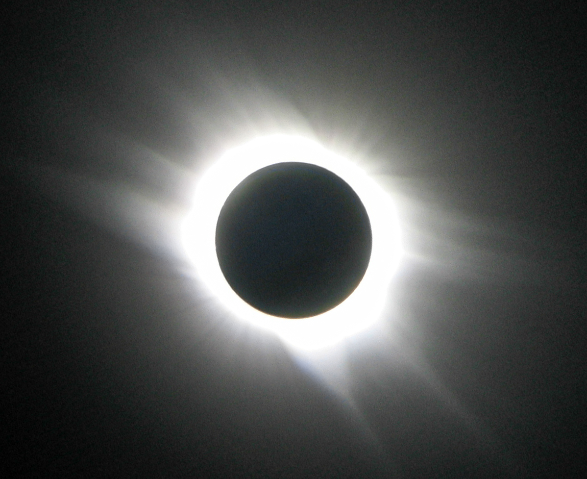 Corona van de zon wordt zichtbaar tijdens zonsverduistering, coronale gaten kunnen zorgen voor een sterkere zonnewind