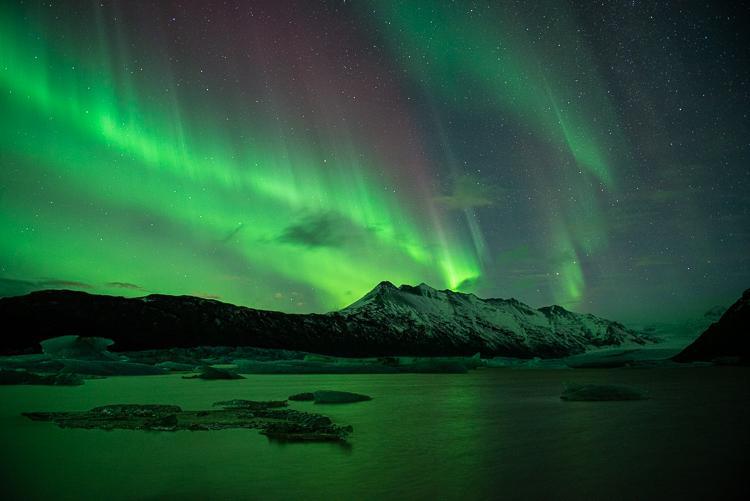 Groen noorderlicht met een rode rand erboven. Fotograaf: Toine Westen.