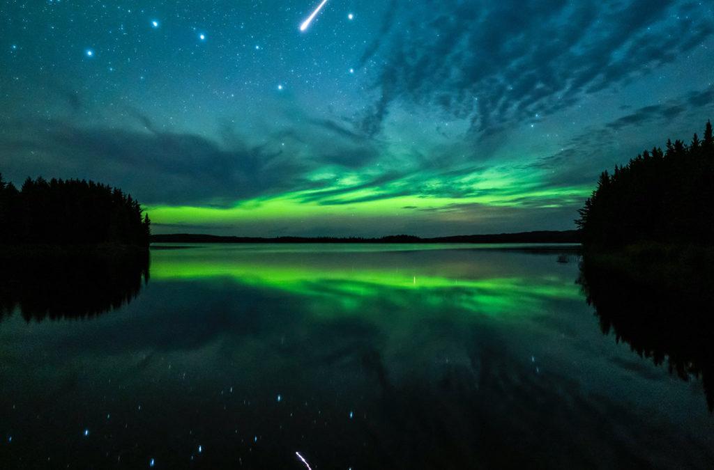 Noorderlicht en Perseïde-vuurbol boven Saskatchewan in Canada, Jeanine Holowatuik, Northern Escape Photo